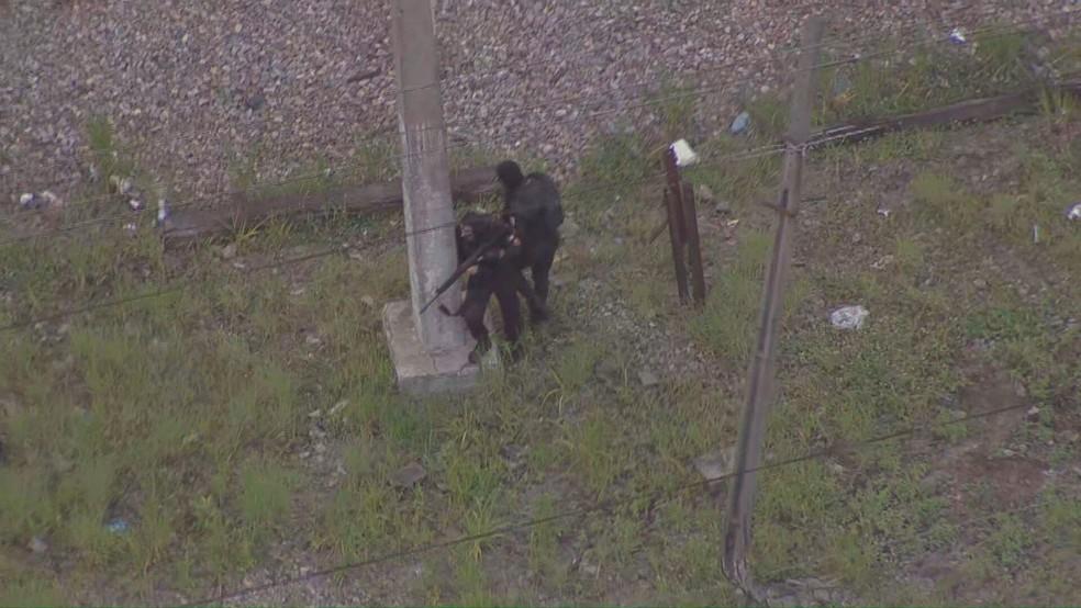 Polícia faz operação no Jacarezinho — Foto: Reprodução/TV Globo