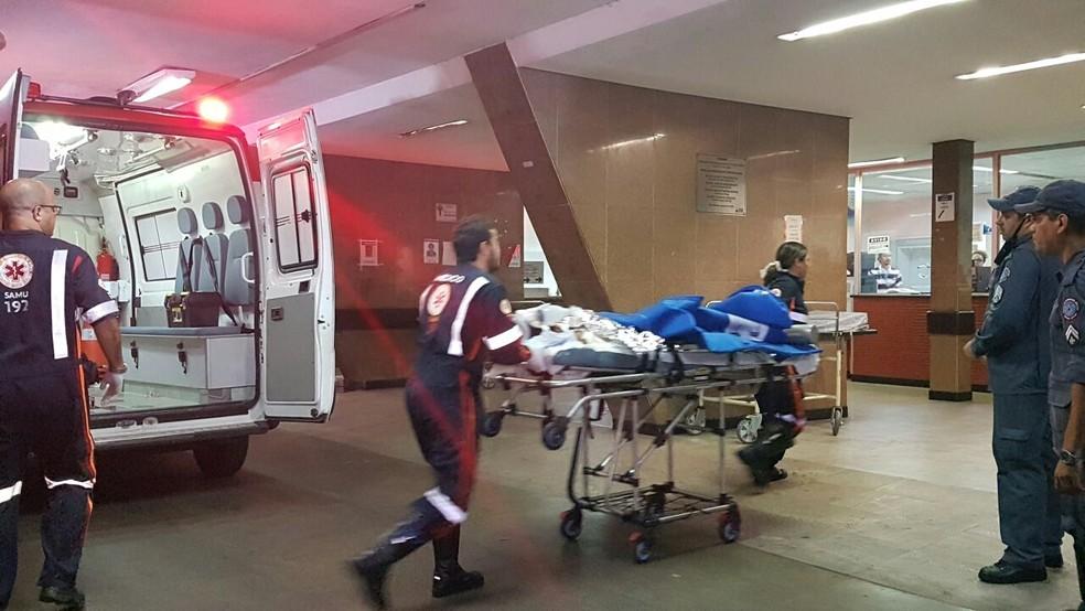 Ferido em ataque em uma creche em Janaúba, no Norte de Minas, chega ao Hospital de Pronto-Socorro João XXIII, em Belo Horizonte (Foto: Michele Marie/G1)