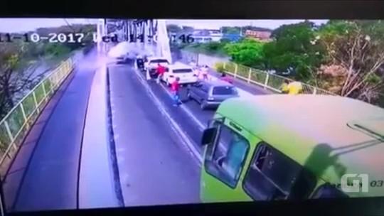 Vídeo: Veículo capota ao tentar atravessar ponte para o Piauí