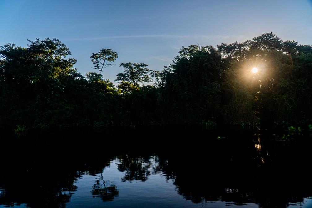 O sol começa a descer após mais um dia de viagem pelo Rio Paraguai em Mato Grosso do Sul — Foto: Eduardo Palacio/G1