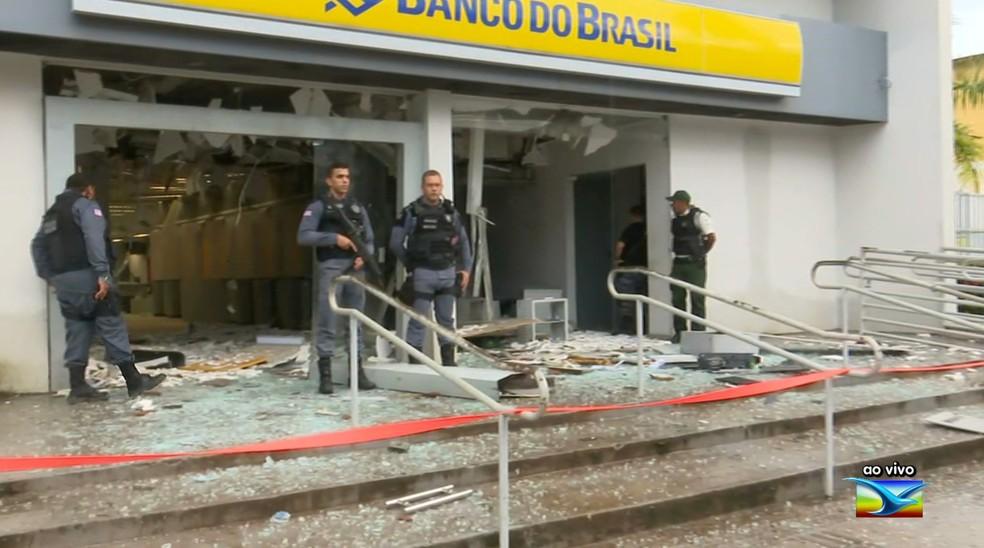Bandidos explodem agência do Banco do Brasil em Santa Inês — Foto: Reprodução/TV Mirante