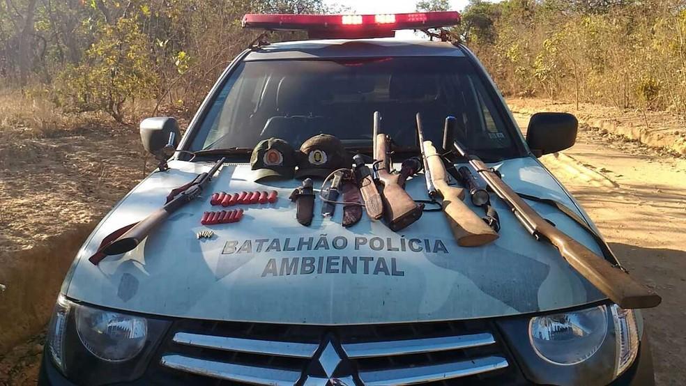 Armas foram apreendidas pela PM Ambiental com caçador  (Foto: PM/Divulgação)