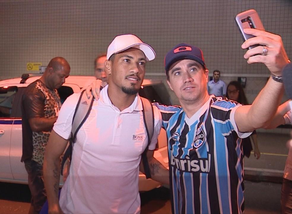 Hernane Brocador tirou foto com torcedor antes de seguir para hotel (Foto: Reprodução / RBS TV)