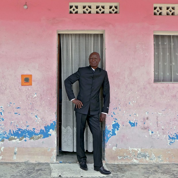 O artista Bodys Isek Kingelez em frente à sua casa, na cidade de Kinshasa, no Congo, em 2014 (Foto: Cortesia André Magnin/Fredi Casco, Caac - The Pigozzi Collection/Maurice Aeschimann, Collection Groninger Museum/Marten De Leeuw e Van Lierde Collection/Vincent Everarts)