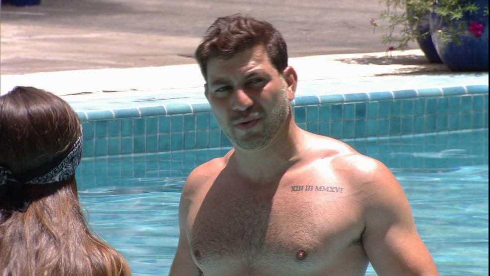Em conversa com Thaís na piscina do BBB21, Caio especula indicação de Karol Conká: 'Vai ficar por esses três' — Foto: Globo