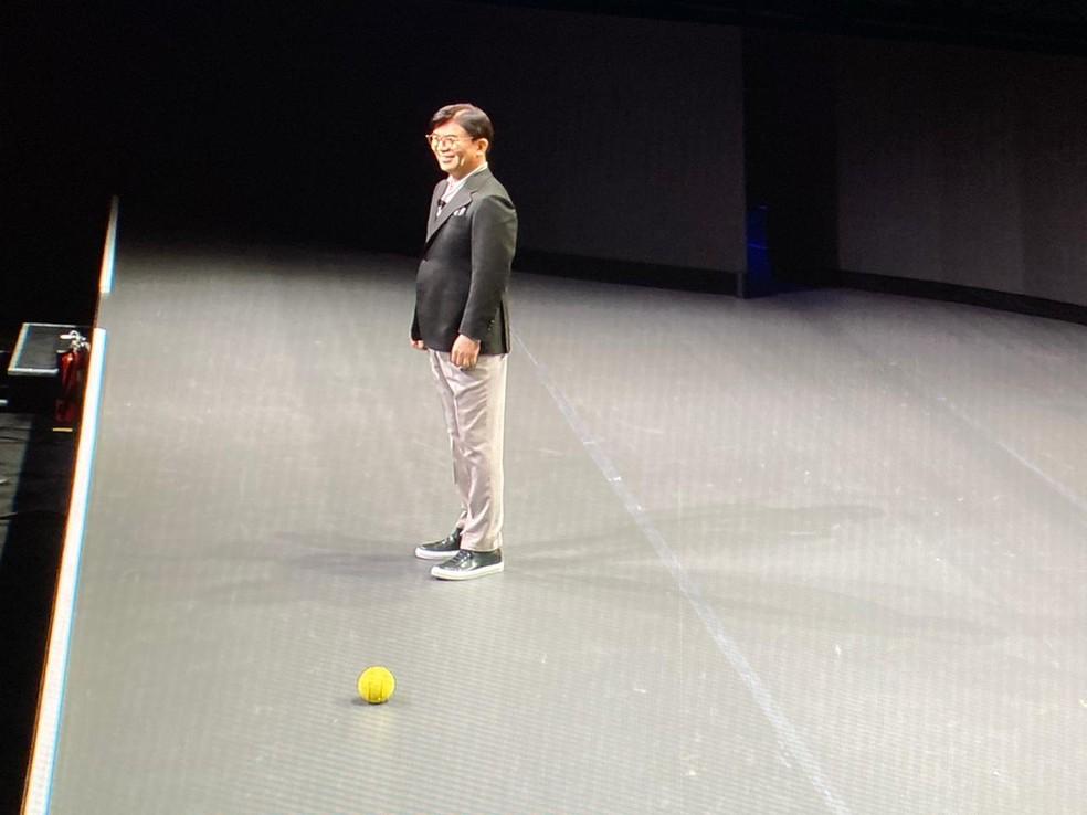Ballie foi até HS Kim, presidente da divisão de consumo da Samsung, quando foi chamada — Foto: Thiago Lavado/G1