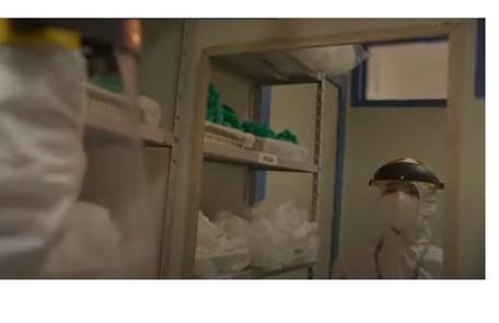 No hospital, ela vestirá todo o equipamento de segurança para evitar se contaminar com o coronavírus. Porém, será infectada e ficará internada Reprodução