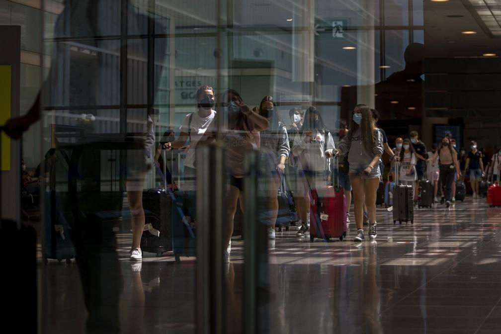 Pessoas desembarcam no aeroporto de Barcelona, na Espanha, em 7 de junho de 2021. Países da União Europeia estão adotando medidas para impulsionar a chegada de turistas estrangeiros antes do verão europeu. — Foto: Emilio Morenatti/AP