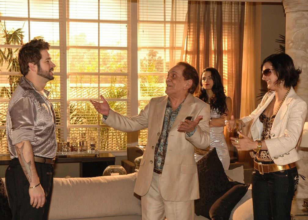 Dodi (Murilo Benício), Sabiá (Lúcio Mauro) e Fafá (Claudia Missura) em cena de 'A Favorita' em dezembro de 2008 — Foto: Ivone Perez/TV Globo