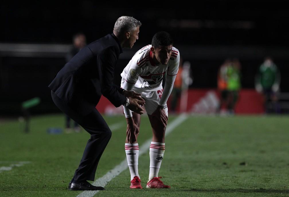 Crespo e Rodrigo Nestor conversam durante o duelo entre São Paulo x América-MG — Foto: Rubens Chiri / saopaulofc