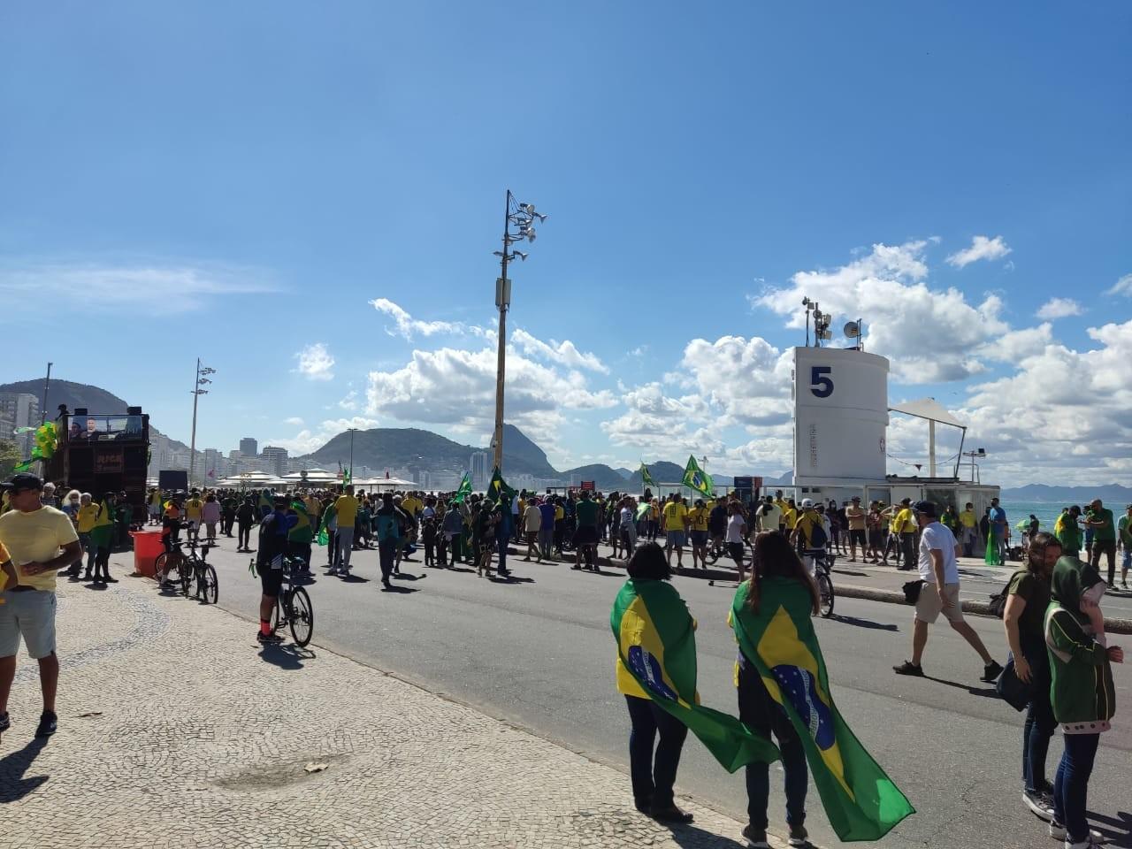Apoiadores de Bolsonaro se reúnem em Copacabana, na Zona Sul do Rio, em favor do voto impresso