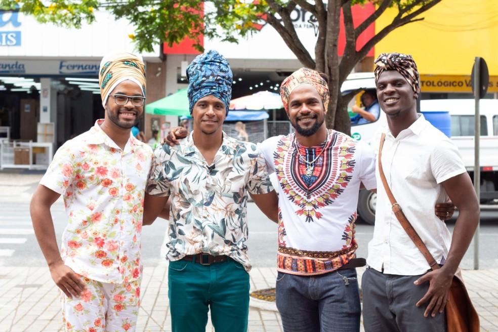 De turbante, Dão e Aldri posam com os modelos Justino de Sousa e Luciano Mazai — Foto: TV Bahia