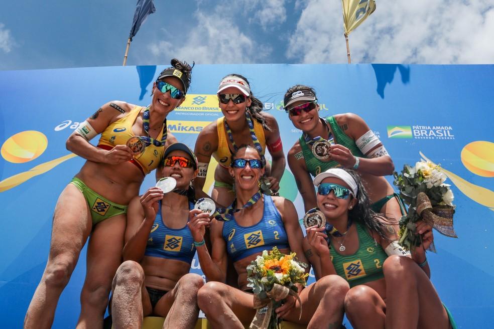 Pódio da etapa feminina do Circuito Brasileiro de Vôlei de Praia em Saquarema — Foto: Ana Patrícia/Inovafoto/CBV