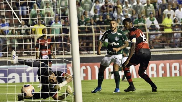 Zé Rafael toca de letra e faz o terceiro gol