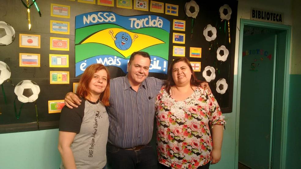 Secretário de Educação de Marília Helter Bochi, ao lado das professoras selecionadas Maria Rita e Luciane dos Santos (Foto: Prefeitura de Marília/Divulgação)