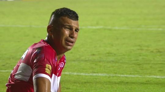 Ratinho cruza bola rasteira na área, mas Neto Baiano e Juninho não alcançam, aos 29 2º