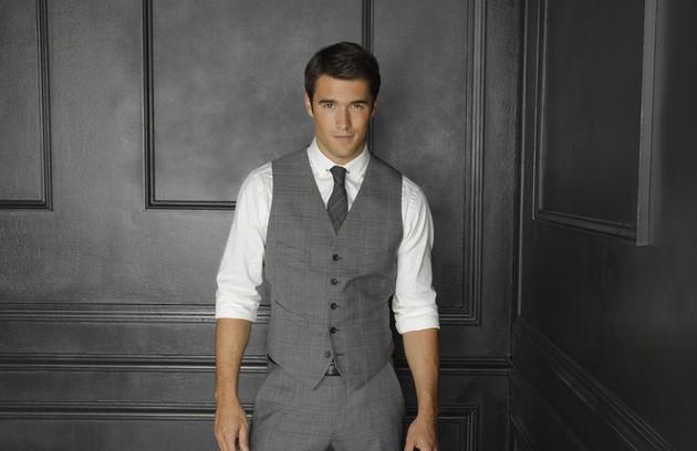 Josh Bowman, o Daniel Grayson de 'Revenge', namora Emily Thorne na série. Fora dela, fisgou a atriz Emily VanCamp (Foto: Reprodução de internet)