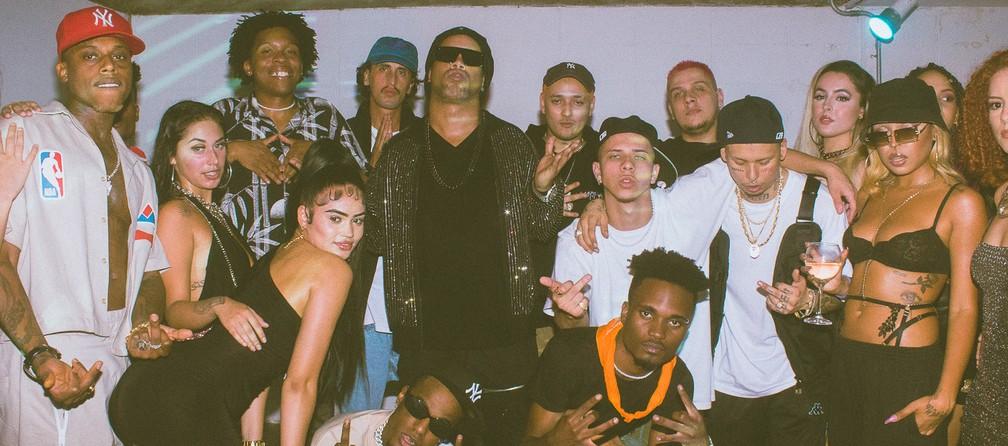 Ronaldinho com membros do Recayd Mob e figurantes do clipe 'Rolê aleatório' — Foto: Divulgação / Rudd