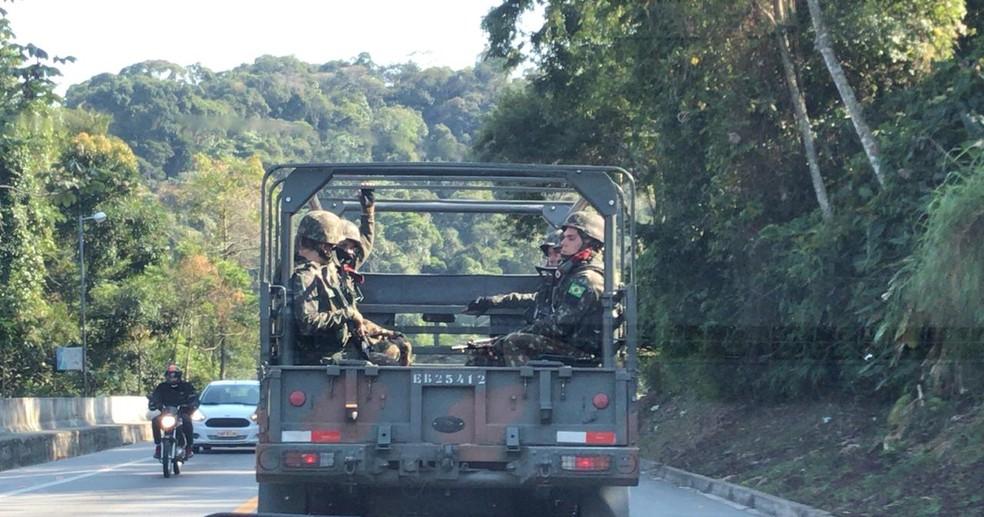 Forças armadas realizam operação em Angra dos Reis — Foto: Maria Mariana/TV Rio Sul