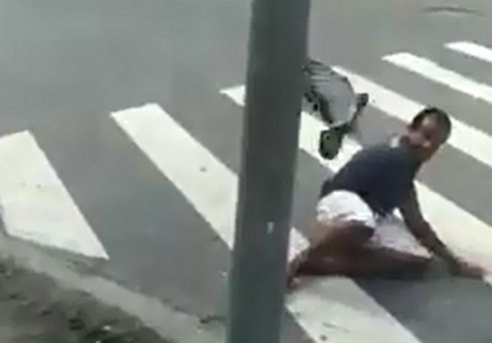 Homem cai ao ser perseguido por pomba em Santos, SP (Foto: Reprodução)