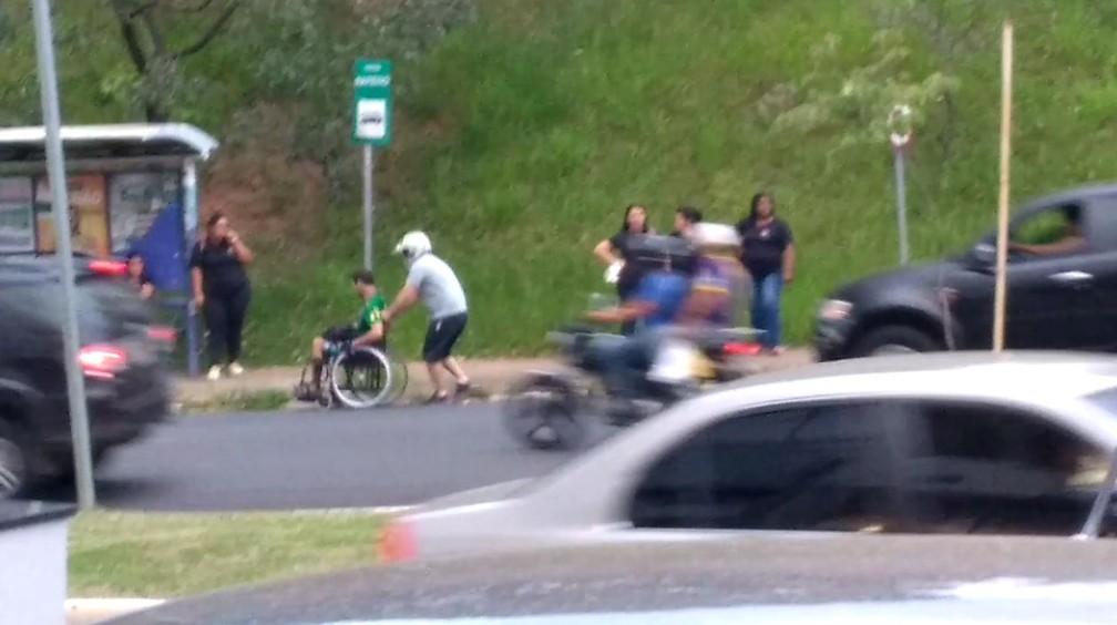 Motociclista auxilia cadeirante em avenida movimentada de Limeira — Foto: Reprodução/Facebook