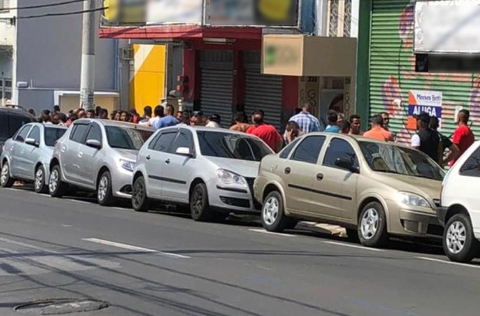 Detentos chegaram antes da abertura da agência nesta sexta-feira — Foto: G1 Sorocaba