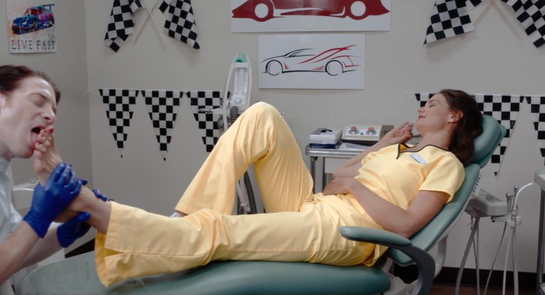 A atriz Katie Holmes tendo um dos pés lambidos pelo ator Seth Green (Foto: Reprodução)