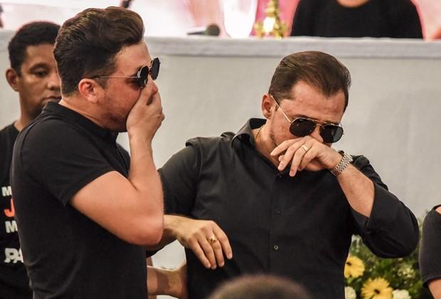 Wesley Safadão e Xand Avião se emocionam no velório de Gabriel Diniz (Foto: Steven Ellison/Brazil News)