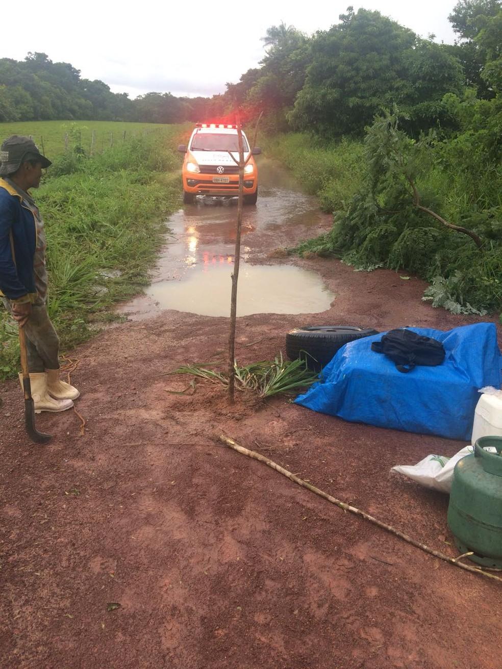 Prefeitura de Cáceres interditou estrada e deve tampar a cratera até sexta-feira (Foto: Arquivo pessoal)