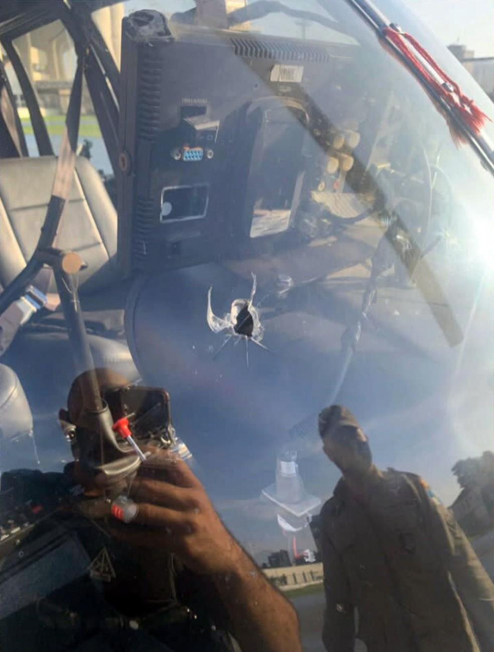 Para-brisa do helicóptero ficou com um buraco de bala — Foto: Reprodução