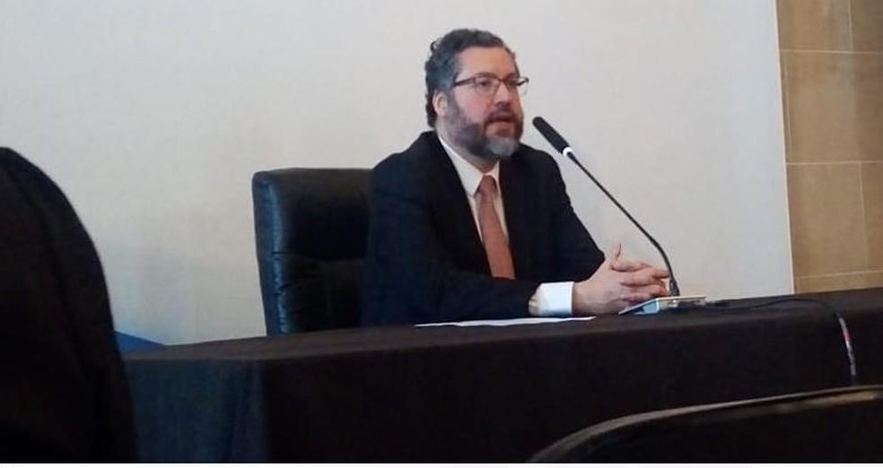 Ernesto Araújo durante entrevista coletiva após encontro de ministros de Relações Exteriores dos Brics — Foto: Cristina Boeckel