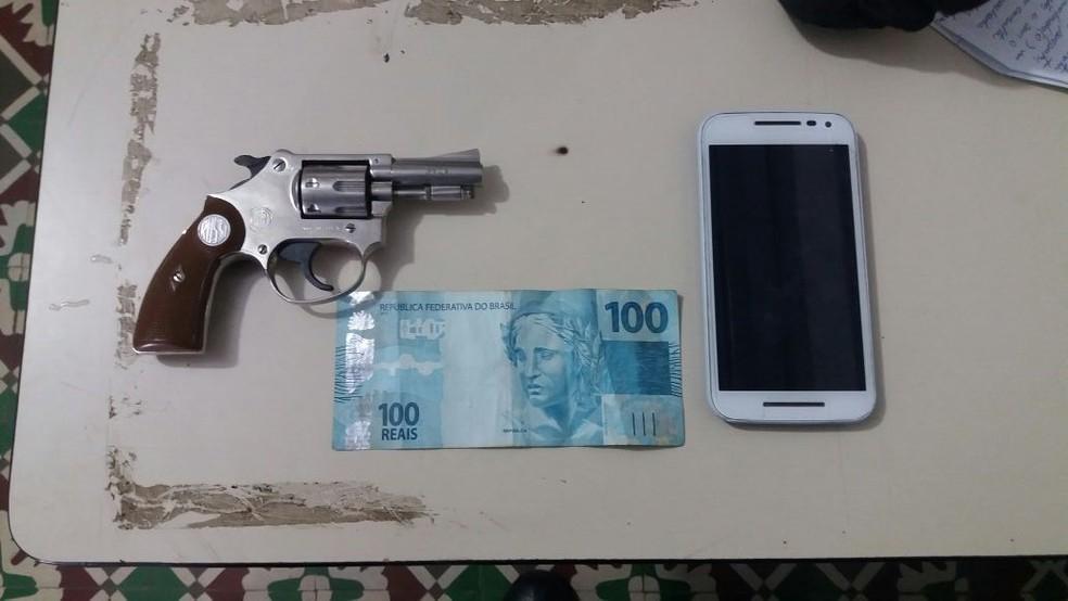 Celular, dinheiro e arma foram apreendidos com a dupla, em Caetés (Foto: Polícia Militar/Divulgação)
