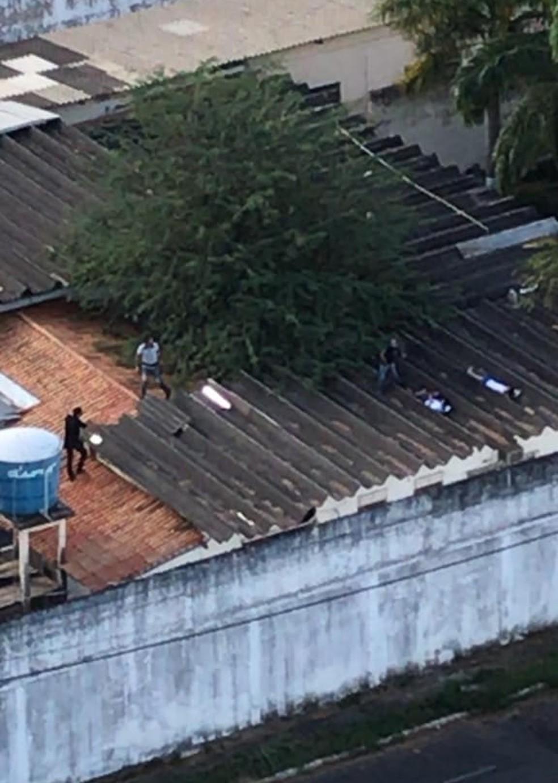 Internos ficaram escondidos no telhado da unidade em Imperatriz (MA) — Foto: Divulgação/Redes Sociais