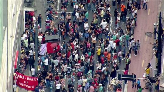 Manifestantes protestam na sede da SPTrans contra mudança nas linhas de ônibus de SP