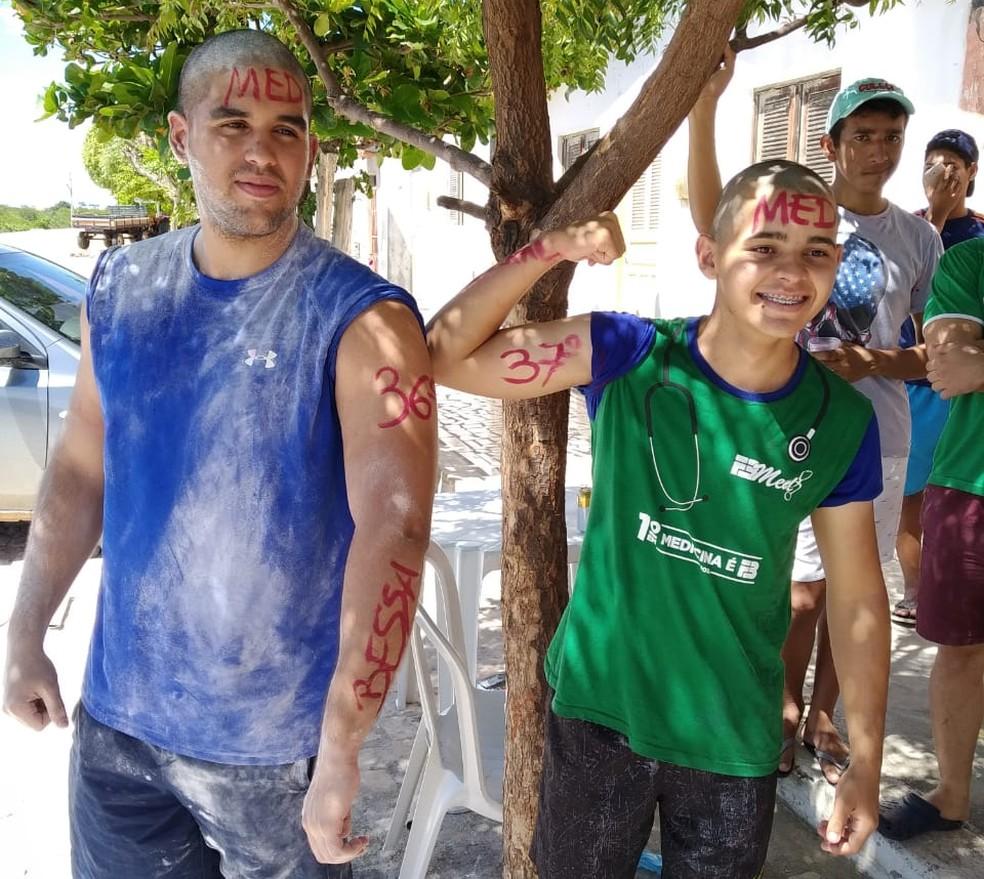 João Carlos Bessa (de verde) e o primo Yuri, também aprovado em medicina — Foto: Cedida