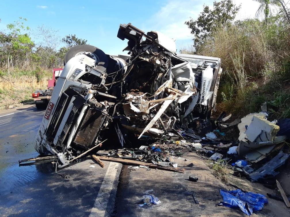 Carreta ficou destruída em acidente com 4 mortes na BR 174 — Foto: Polícia Rodoviária Federal de Mato Grosso/Assessoria