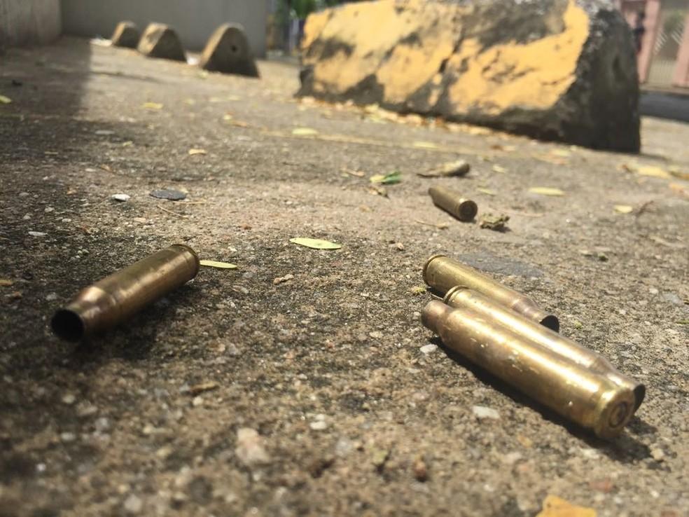 Homens atacaram a tiros o prédio da Secretaria da Justiça do Ceará, em Fortaleza, na madrugada deste sábado (24). (Foto: Alana Araújo/TVM)
