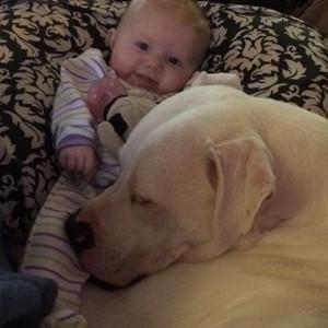 A menina e o cão são amigos de longa data! (Foto: Reprodução Facebook)