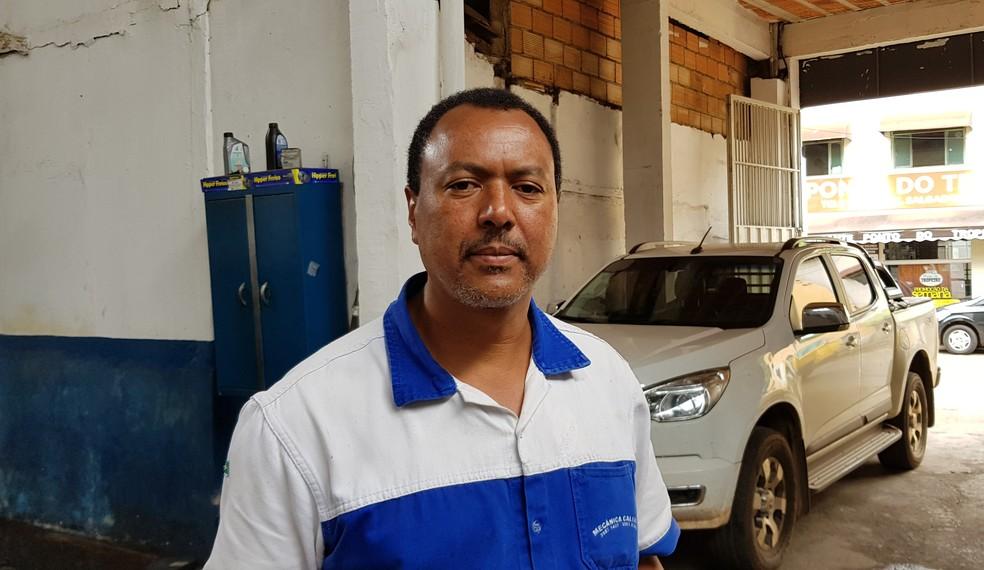 Comerciante Mauro Marcos da Silva não perdeu hábito de ir para Bento Rodrigues; com casa distruída, ele faz da caminhonete um lar quando vai ao distrito — Foto: Raquel Freitas/G1