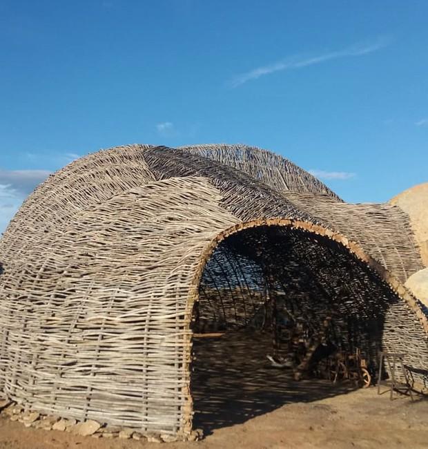 Canos de PVC que simulam galhos de madeira em cenário de líder religioso de 'Onde Nascem os Fortes' (Foto: QUEM)