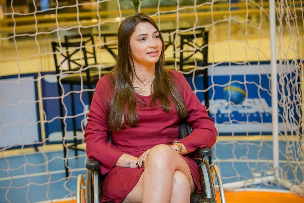 Lais Souza apoia experimento em cima de uma cadeira de rodas: