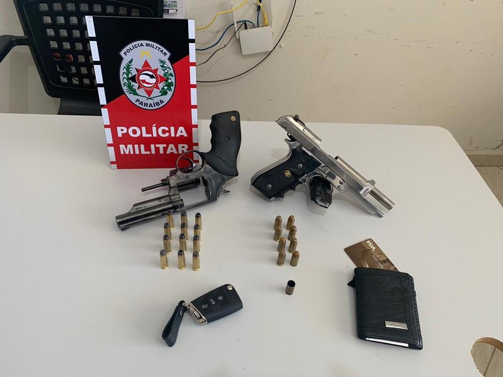 Com os suspeitos a polícia apreendeu duas armas e munições, no Sertão da Paraíba — Foto: Polícia Militar/Divulgação