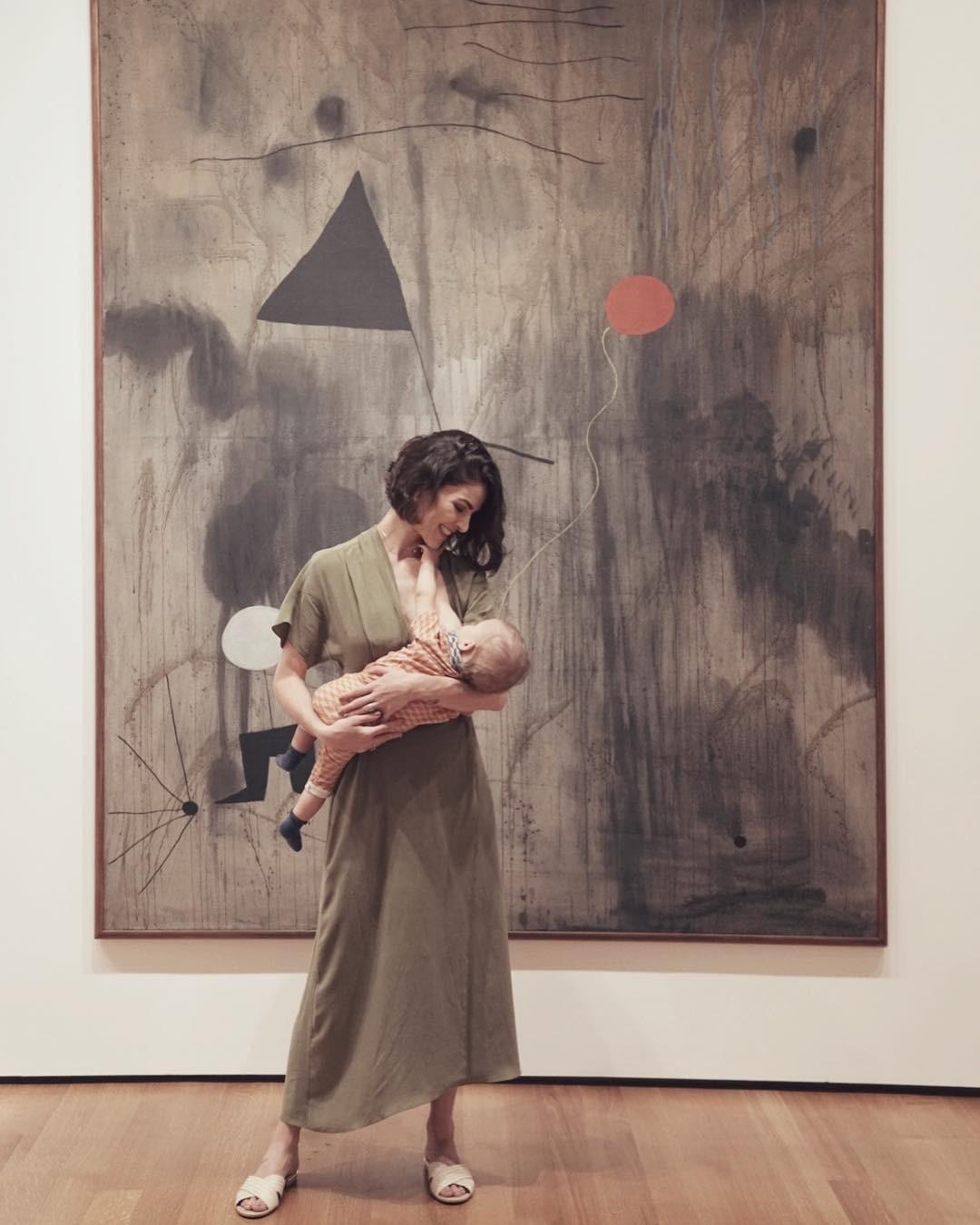 Monica Benini, esposa de Junior, amamentando o filho (Foto: Reprodução/Instagram)