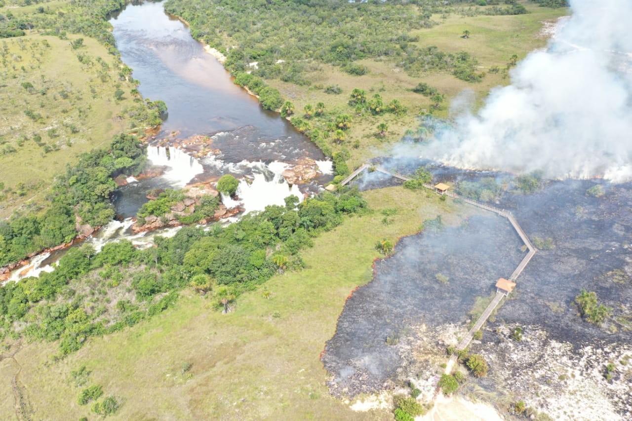 Brigadistas fazem queima controlada na região da Cachoeira da Velha para evitar incêndios florestais
