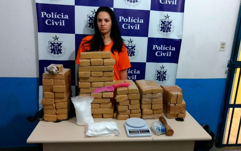 Jovem de 22 anos foi presa com quase 100 kg de maconha (Foto: Divulgação/SSP)
