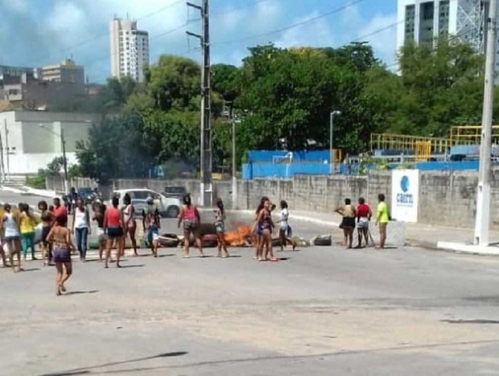 Pessoas que moram no Paço da Pátria fecharam ruas com colchões e galhos queimados em protesto contra a PM  — Foto: Redes Sociais