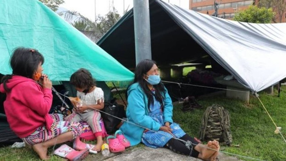 Não é incomum ver grupos de Emberas nas ruas de Bogotá pedindo esmolas — Foto: EPA