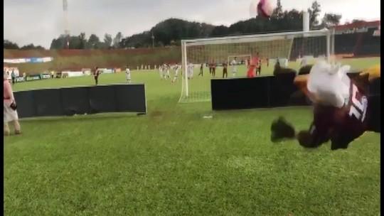 Mascote de time dá ponte à beira do campo e rouba a cena na elite do Mineiro