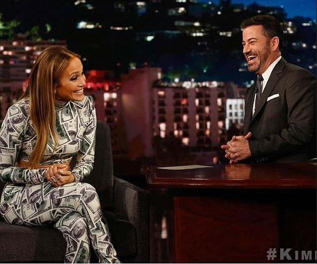 A cantora Jennifer Lopez com sua roupa de notas de US$ 100 no programa do apresentador Jimmy Kimmel (Foto: Instagram)
