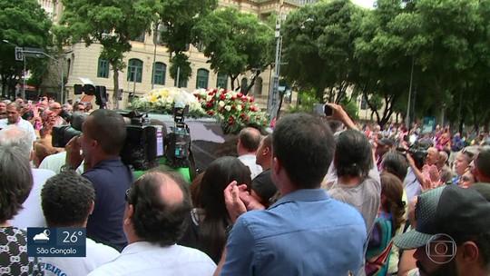Despedida emocionante para uma grande dama do teatro: centenas homenageiam Bibi Ferreira